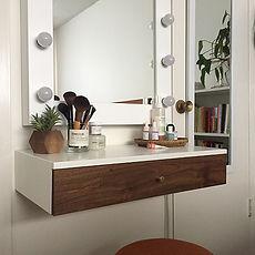 lebegő bútor és sminkes asztal