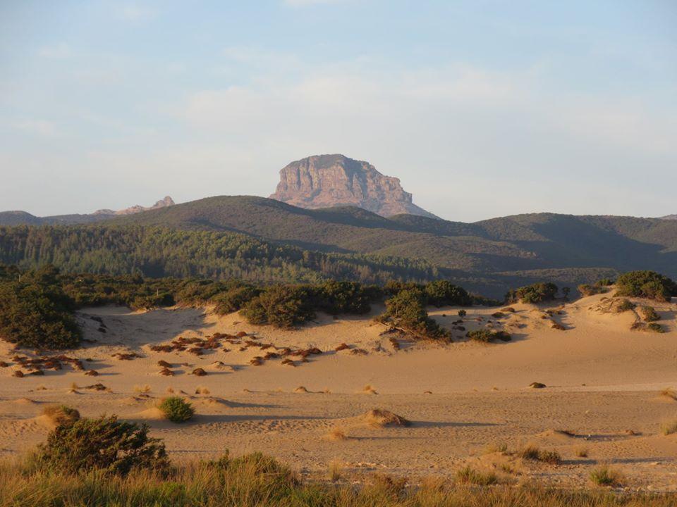 Spiaggia di Piscinas e Monte Arcuentu sullo sfondo