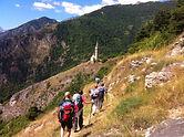 Viaggio trekking in Val Maira | la chiesa di Sanpeyre lungo il sentiero occitano piemontese in Val Maira
