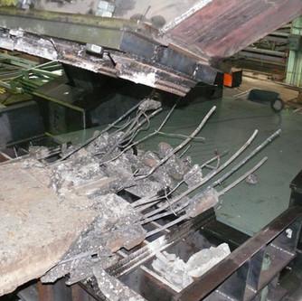 Извлечение железной арматуры во время заводских испытаний