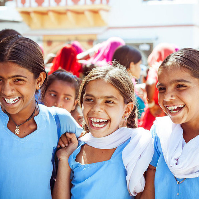happy-indian-school-girls-izusek.jpg