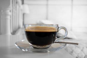 ENTRE CAFÉS E ESPELHOS: O (RE)NASCIMENTO (E MANUTENÇÃO) DE UMA SOCIEDADE ACRÍTICA