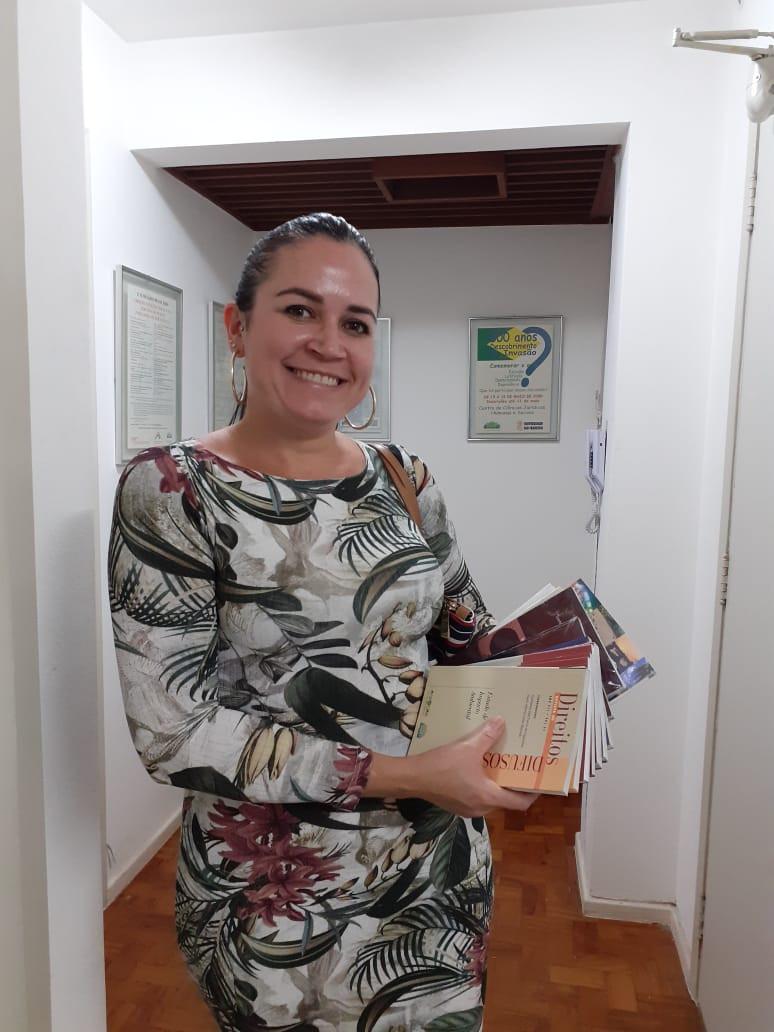 Luzia Helena de Moraes é estudante do 10º Semestre do Curso de Direito da UNICID, exibe alguns exemplares da Revista de Direitos Difusos que recebeu do IBAP no dia  17 de janeiro.