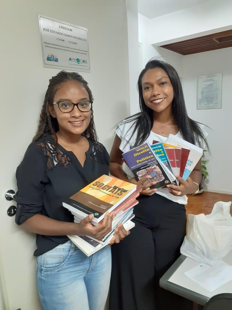 """As estudantes Sandy Roberta Almeida (UNIP) e Mônica Santos (UNINOVE) levam exemplares da obra coletiva """"Direitos Sociais à luz da Constituição de 1988"""" e da Revista de Direito e Política."""