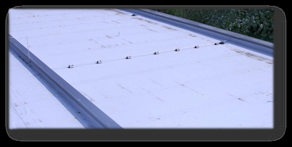 Blick auf zwei um Weniges höhenversetzte Dachflächen
