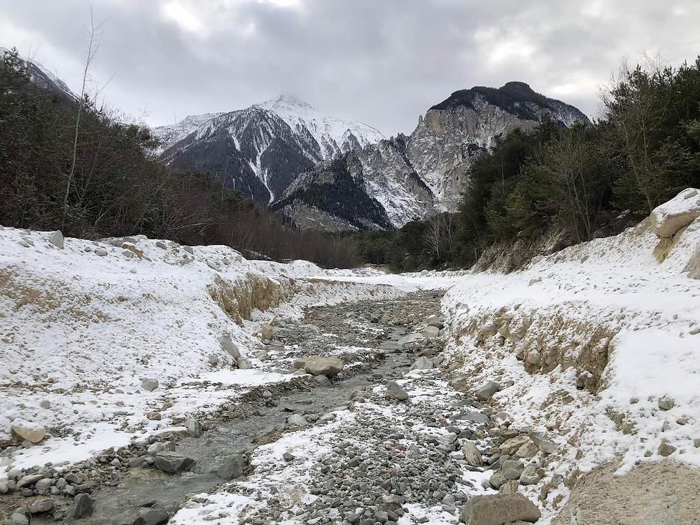 Rivière sauvage et montagne enneigée