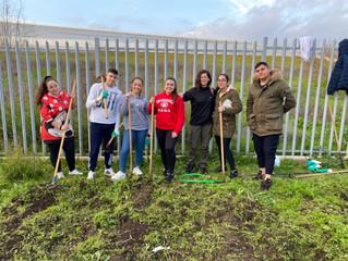 ¡Los jóvenes de Yuvata reavivan el huerto escolar de Las Palmeras!