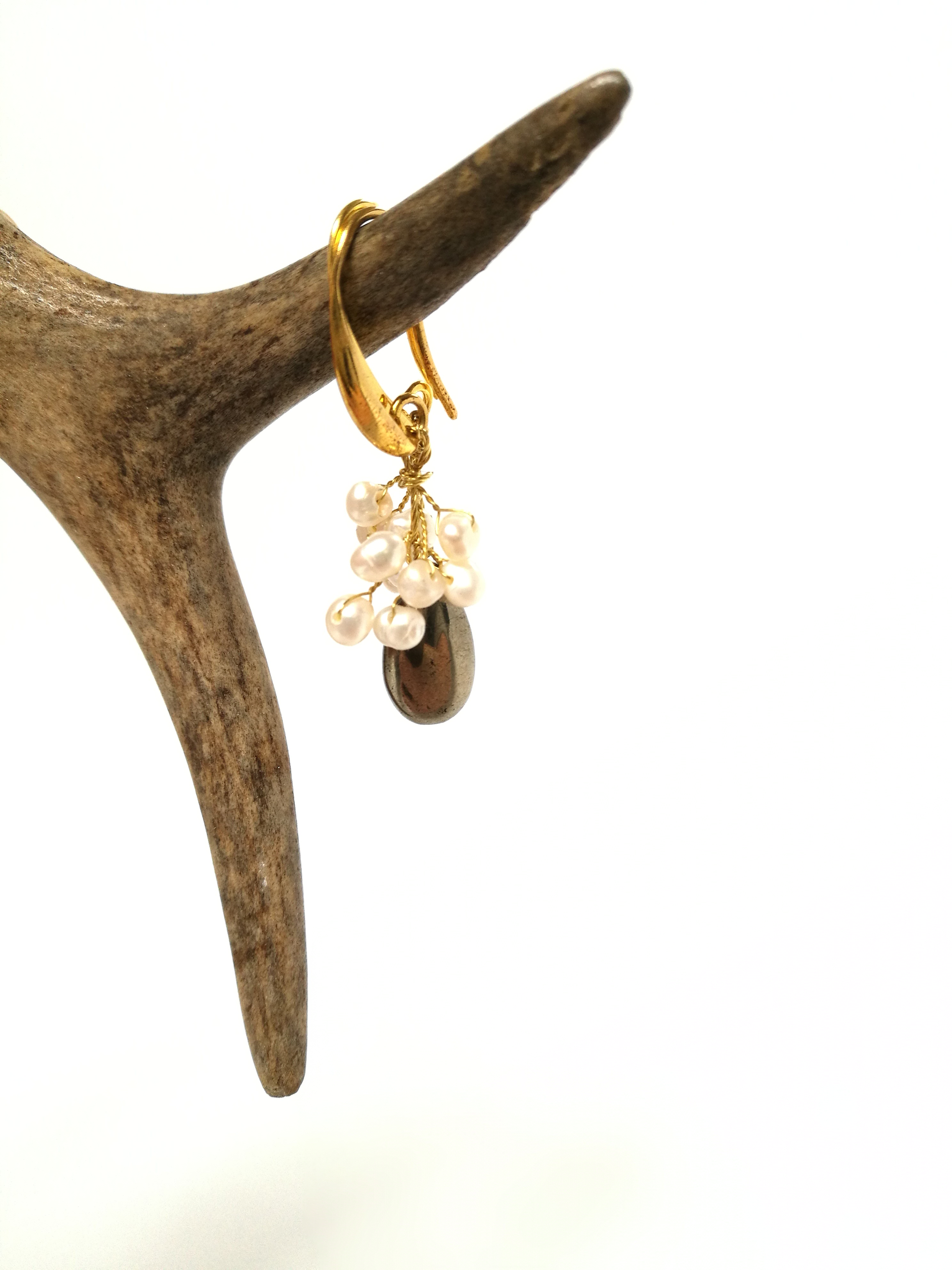 perła z pirytem na złoconym biglu