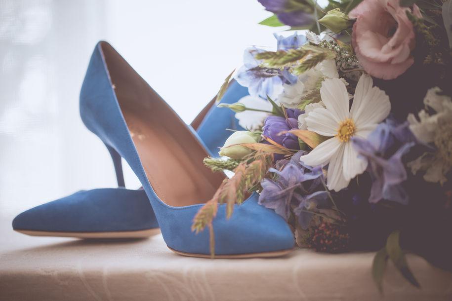 mariage champêtre et bohême , bleu , jaune , suedois et fleurs des champs, robe Stéphanie  Wolf , paris , au domaine de Frémigny