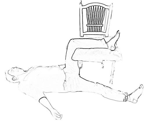 טיפול עצמי בכאב גב תחתון - מתיחת מפשעה בשכיבה בעזרת כיסא