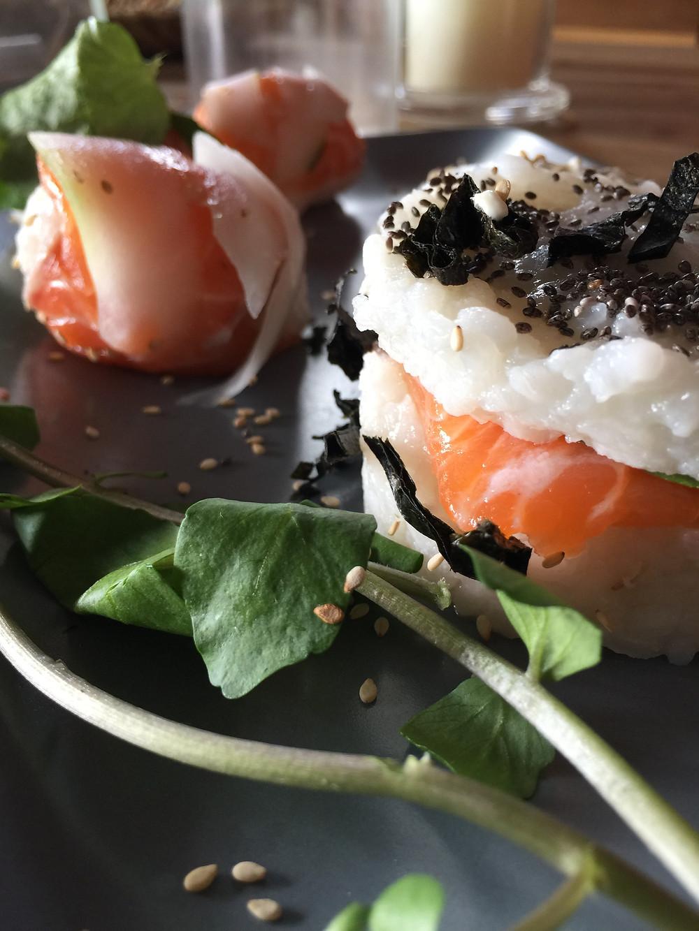 assortiment de sushis maison, cresson et sésame
