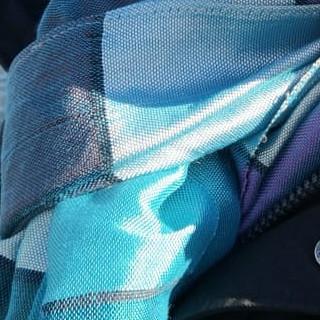 Eleganter Schal aus Agavenseide in Blautönen