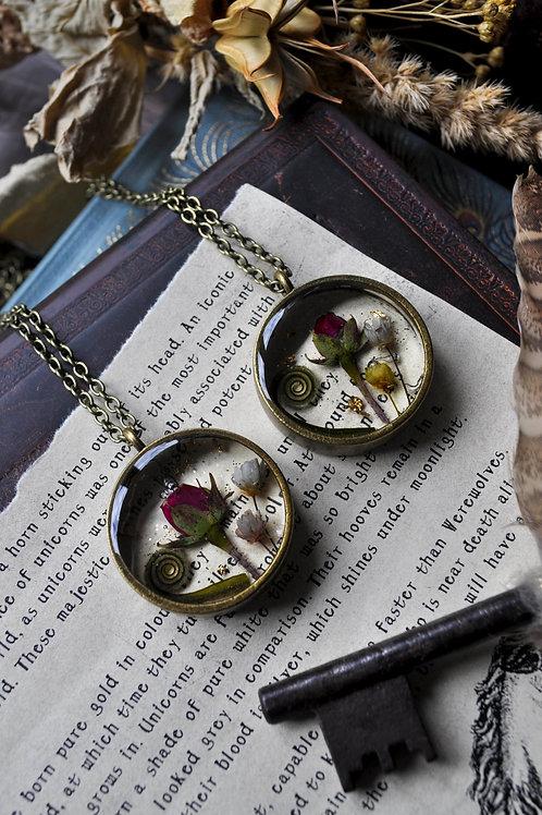 Les belles empoisonneuses - Pendentif résine rond bronze, fleurs séchées, rose