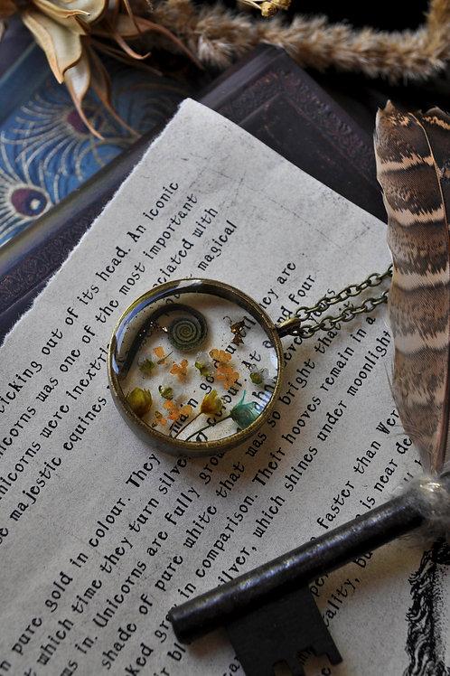 Les belles empoisonneuses - Pendentif résine rond bronze, fleurs séchées