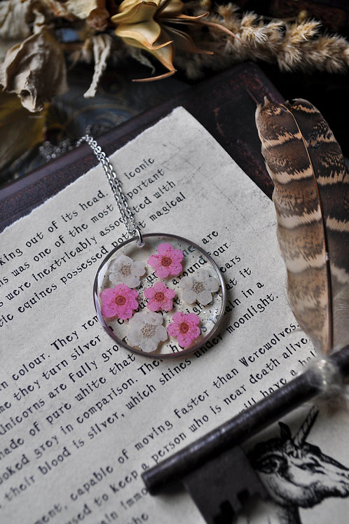Les rêveries boisées - Pendentif, résine, fleurs, paillettes argentées