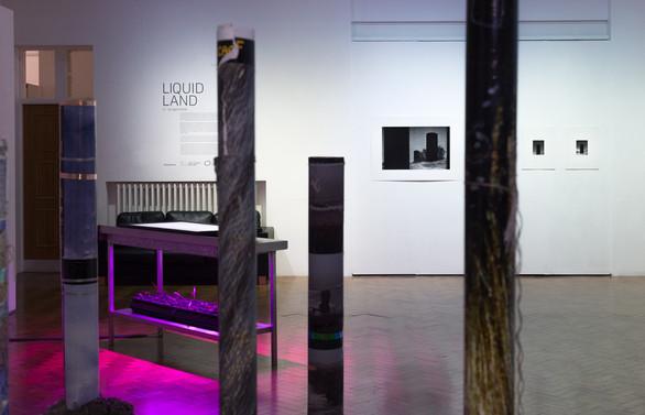 Ausstellungsidentität: Liquid Land
