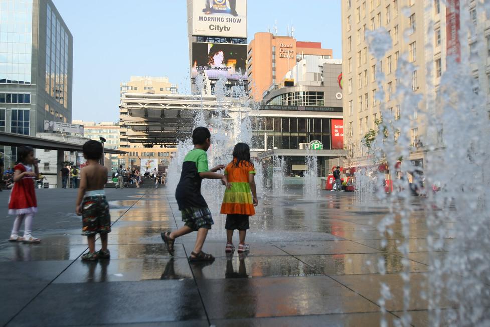 kids on fountain Toronto Ariezuk