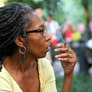 אישה מעשנת בסנטרל פארק אריאל צוקרמן