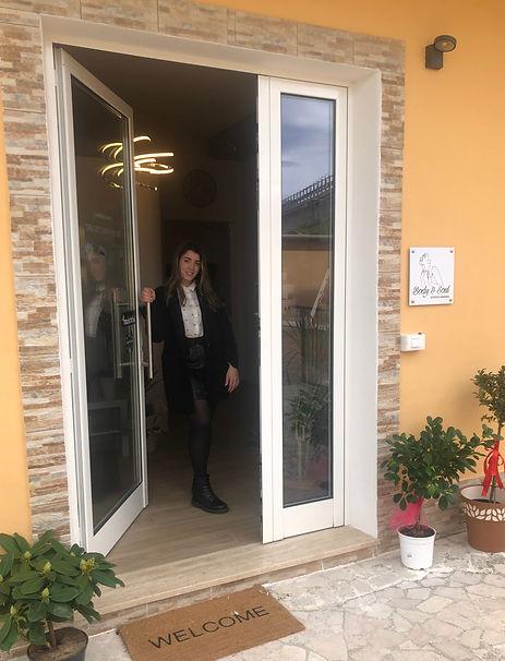 Foto di Arianna Biasone all'ingresso del centro estetico Body & Soul Estetica Arianna