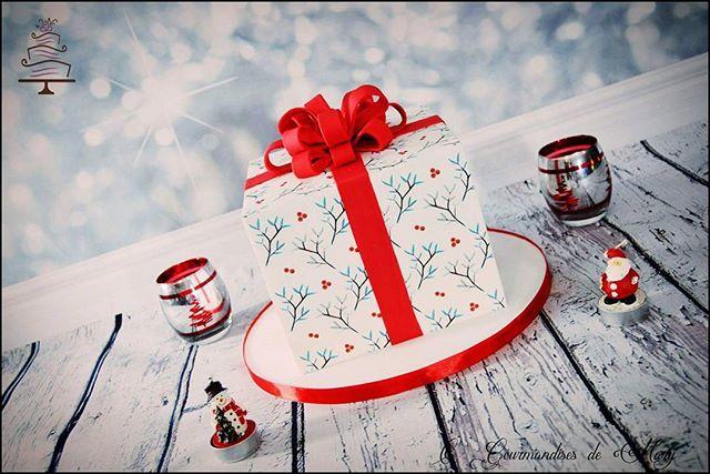 Coucou, voici le Gâteau Cadeau réalisé pour un des services de la Banque postale ayant remporté un c