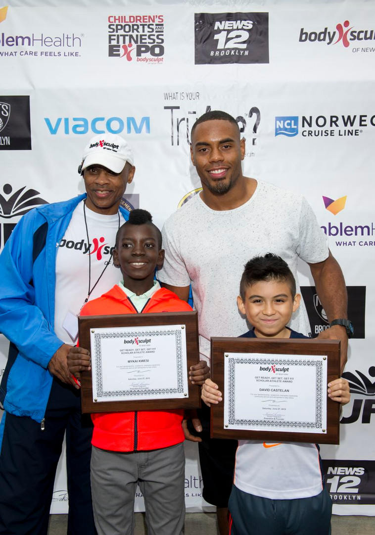 NFL Running Back Rashad Jennings with Students
