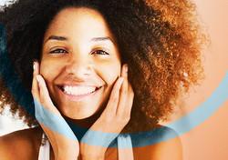 Foto modelo para divulgação de serviços de clínica de estética e odontologia.