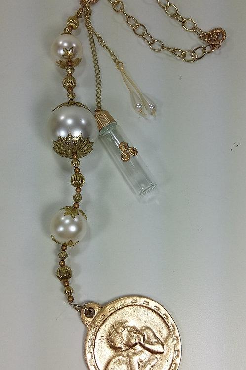 ref 93 medalhão de berço/água benta-pérola/dourado