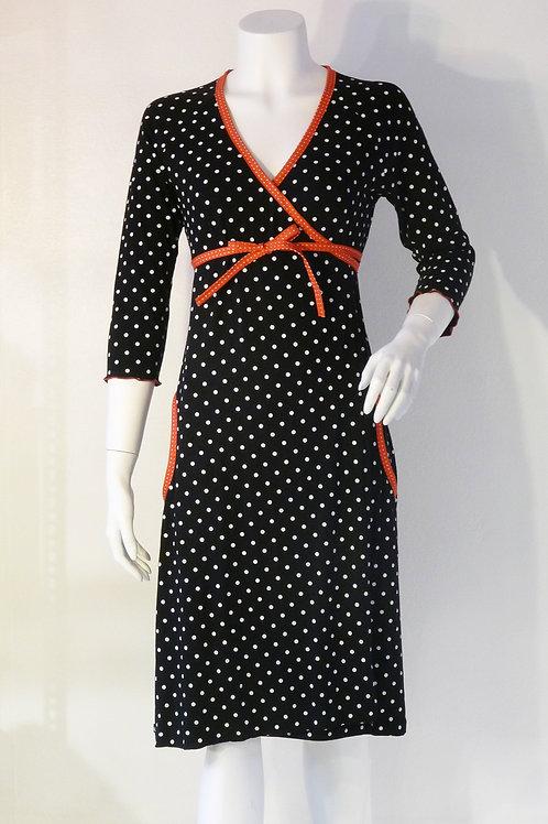 Dorthe slå om kjole, i sort med hvide prikker