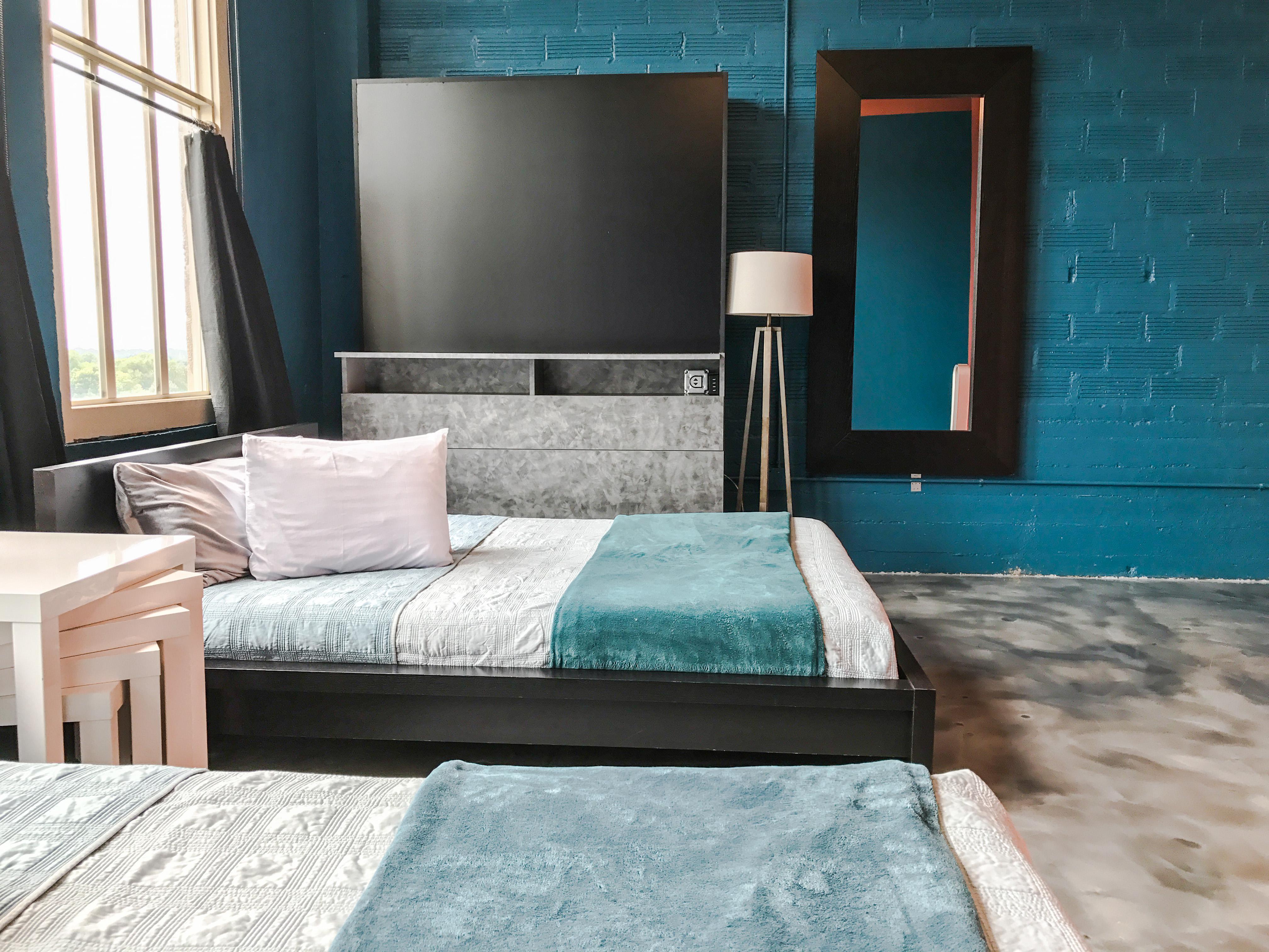 Loft Reverie Hotel 806 - Memory Foam Queen Beds + Lighting + Mirror + Tables + Views