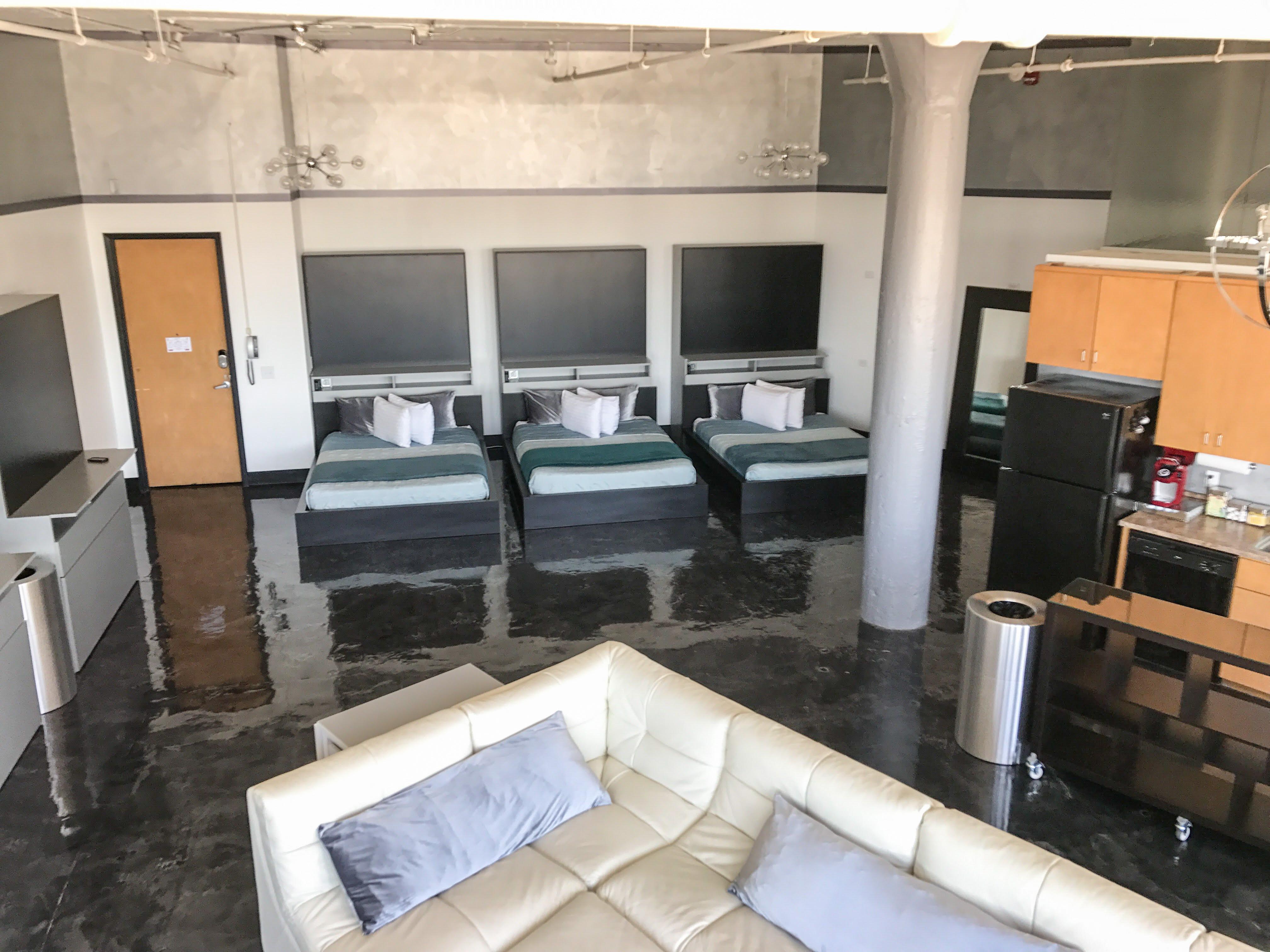 Loft Reverie Hotel 801 - Cloud Sofa + Beds + Memory Foam + Queen Zbed