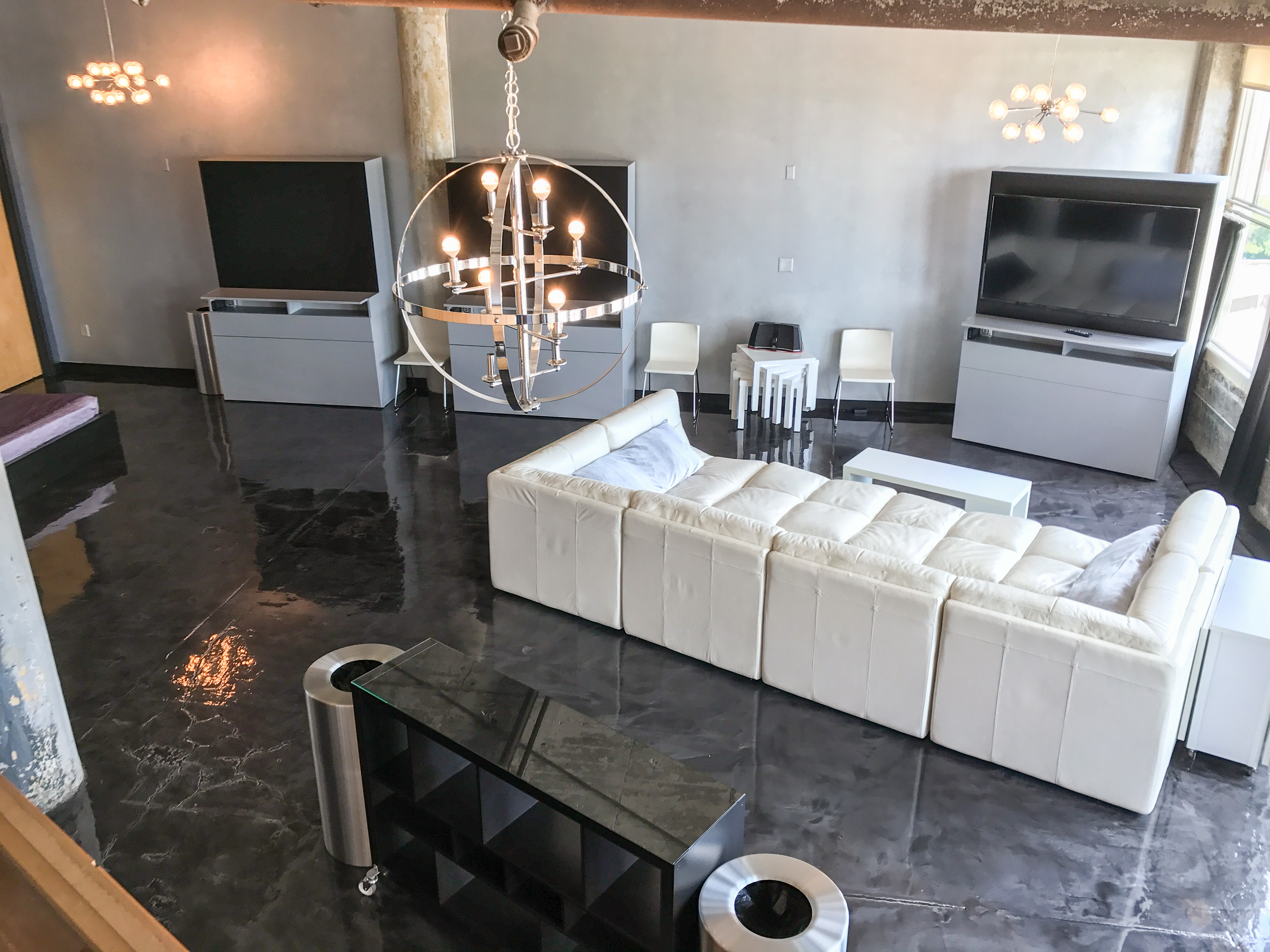 Loft Reverie Hotel 804 - An Industrial Chic Room with Great Views + Cloud Sofa + HDTV + Beds + Kitch