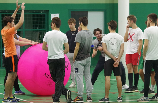 La semaine dernière, lors d'une intiation au KIN BALL, notre jeune bénévole Cédric portait le te