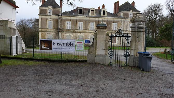 Deux nouvelles banderoles sur les grilles du Château ...