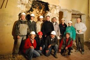Poursuite des démolitions des plafonds avec évacuation des lattis bois et du plâtre .