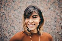 אישה מחייכת.jpg