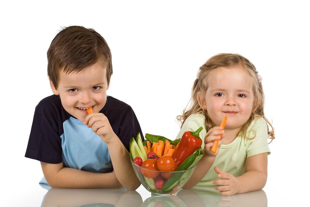 Kinder essen Gemüse