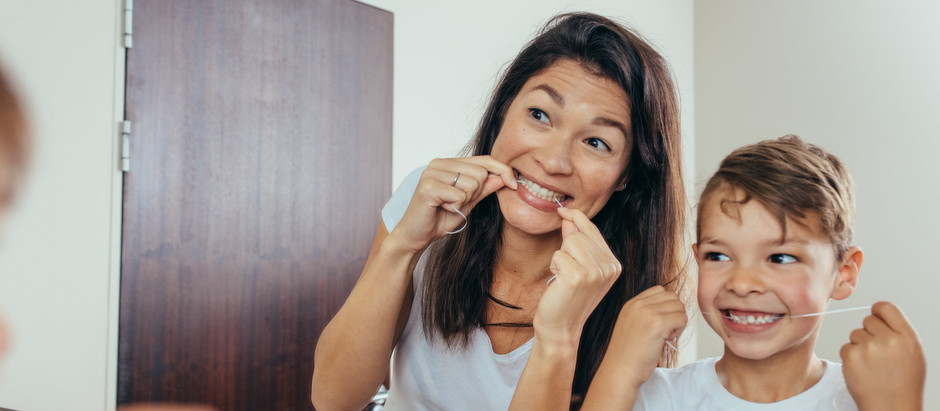 So verwendet man Zahnseide bei Kindern