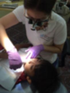 Zahnärztin_behandelt_Jungen_in_Kambodsc