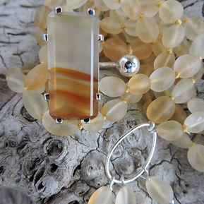 Mala et bague en pierre naturelle et argent. Atelier Sôma. Outils de lithothérapie, bijoux made in france fabriqués à la main.
