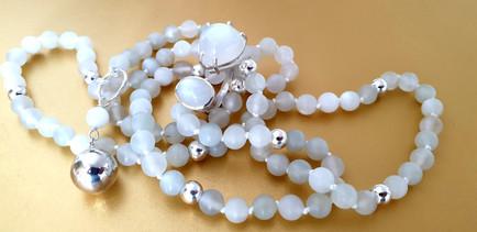 Mala pierre de lune et argent. Atelier Sôma. Outils de lithothérapie, bijoux made in france fabriqués à la main.