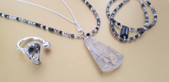 Parure cristal flèche d'amour pierres naturelles. Atelier Sôma. Outils de lithothérapie, bijoux made in france fabriqués à la main.