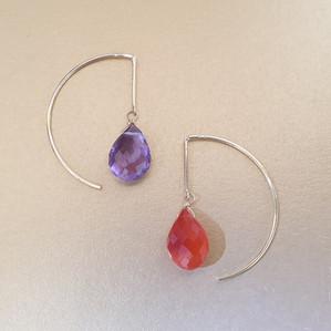 Boucles d'oreilles asymétrique en pierres naturelles et argent. Atelier Sôma. Outils de lithothérapie, bijoux made in france fabriqués à la main.