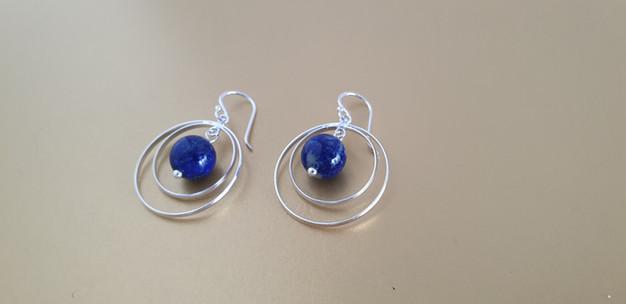 Boucles d'oreilles lapis-lazuli et argent. Atelier Sôma. Outils de lithothérapie, bijoux made in france fabriqués à la main.