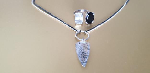 Pendentif flèche pierre naturelle et argent. Atelier Sôma. Outils de lithothérapie, bijoux made in france fabriqués à la main.