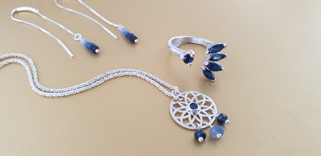 Parure Saphir, coller, boucles d'oreilles et bague en pierres naturelles et argent. Atelier Sôma. Outils de lithothérapie, bijoux made in france fabriqués à la main.