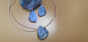 Parure opales, boucles d'oreilles et collier en pierres naturelles et argent. Atelier Sôma. Outils de lithothérapie, bijoux made in france fabriqués à la main.