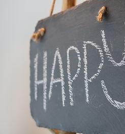 ardoise avec mot happy