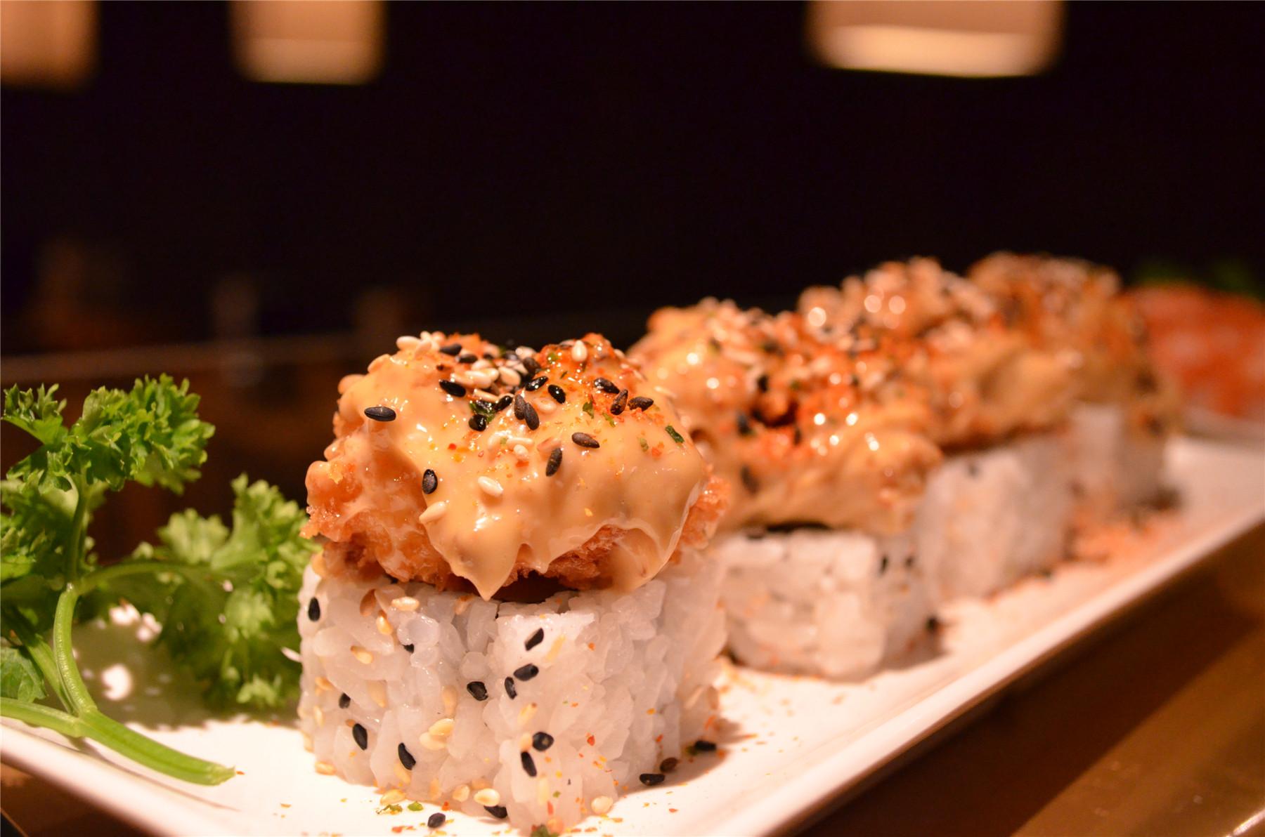 creamy tempura prawn on spicy tuna roll.jpg