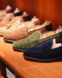 Przekonaj się do loafersów – jak je nosić i z czym łączyć?