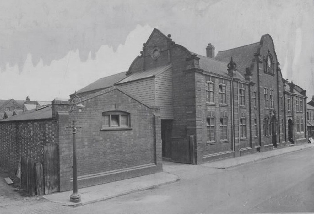 W 1894 Loake przenosi się na Wood Street w Kettering, gdzie można go spotkać do dziś. Na początku fabryka nazywała się Unique Boot Factory. Ma powierzchnię około 20 000 stóp kwadratowych, może pomieścić ponad 300 pracowników i jest uważana za jedną z najlepszych i najnowocześniejszych fabryk obuwia w kraju.